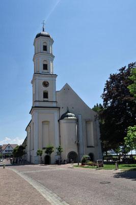 ...vorbei an der Kirche...