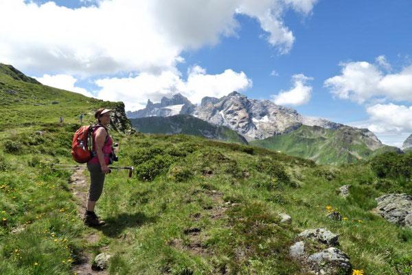 Andrea genießt die Berge