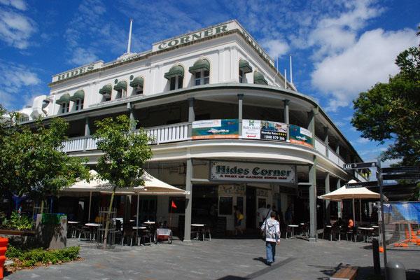 Hide's Hotel - ケアンズの中心地にある歴史を感じさせる外観です。創業1885年