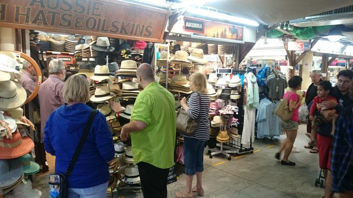 Night Market - 留学生・ワーキングホリデーのみなさんは昼間は学校に行っているので、夕方からナイトマーケットで働いている人たちもたくさんいます