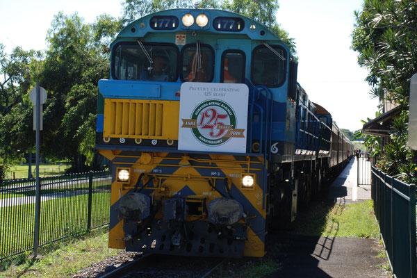 Kuranda Scenic Railway - 観光列車キュランダ鉄道 2両のディーゼル機関車がキュランダの急勾配を引っ張ります