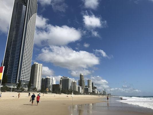 Gold Coast - Surfers Paradise サーファーズ パラダイス海から望む高層ビル