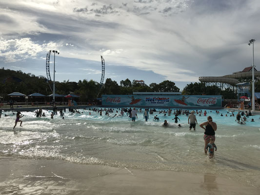 Gold Coast - Wet 'n' Wild  Giant Wave Pool