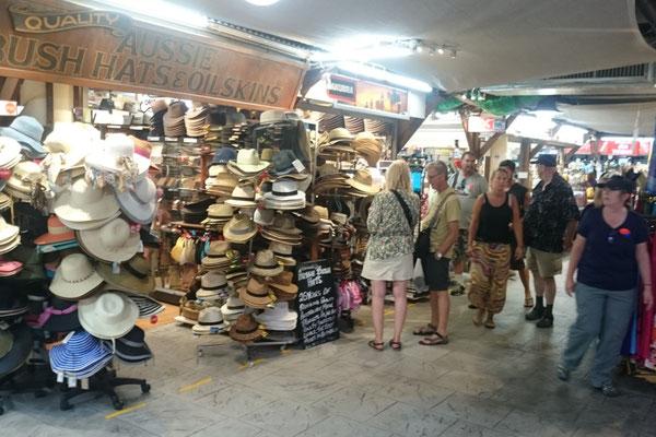 Cairns Night Market - ナイトマーケットの中にはたくさんのお店が入っています。