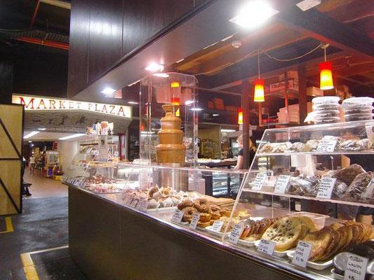 Adelaide Central Market - スイーツ屋さん。いろんな種類のお菓子があって、女性のお客様がひっきりなしに来店してました。何よりこのチョコファウンテンが目を引きます。