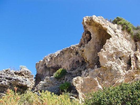 Moore River - 不思議な形をした岩 オーストラリアの大自然