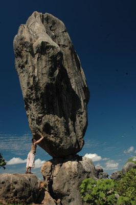 Chirago Barancing Rock - ケアンズから内陸に約200km行ったチラゴにあるバランスをとって立っている巨大岩