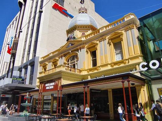 Adelaide Arcade - 黄色い建物が「Adelaide arcade」