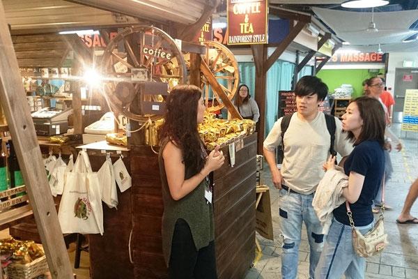 Cairns Night Market - Yayoiさん日本人観光客に接客中