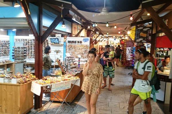 Cairns Night Market - 昼間ツアーに行っていた観光客が夕方からお土産を探しにナイトマーケットを訪れます。