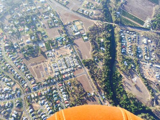 Mareeba hot air balloon - 地上約1,000mからのマリーバの住宅地