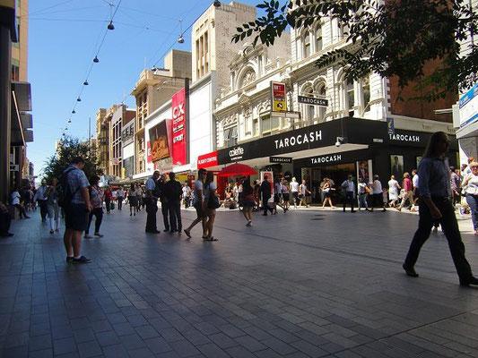 Adelaide Rundle Shopping Mall - アデレードのショッピングモール「ランドルモール」。オーストラリアで初めての歩行者天国で、一通りのお店が揃っています。いろんなタイプの大道芸人さんがパフォーマンスを行っています。