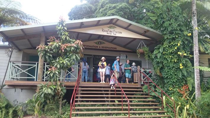 Kuranda - Rainforestation カンガルーにえさをやることもできます