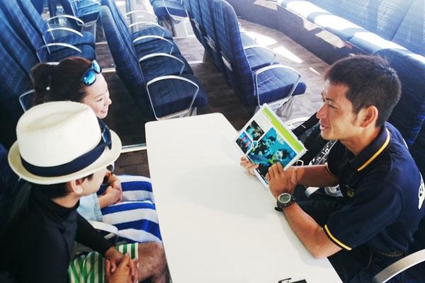 ダイビングの前は、必ず説明会があります。日本語での説明なのでお客様も安心