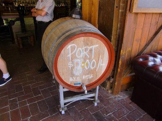 Hahndorf - ハーンドルフで見つけた酒屋さん。バロッサのワインを扱ってました。店先に樽があり、中には赤ワイン。