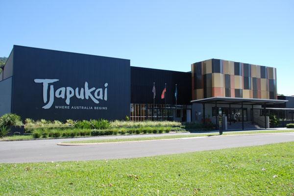 Tjapukai - 4万年前に遡る本物のアボリジニ・トレース海峡諸島人伝統文化に触れることのできる施設。夜は豪華バッフェ・ディナーやアボリジニのダンスショーなどが楽しめます