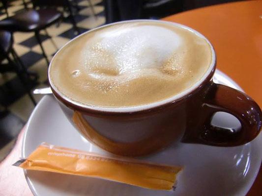 Adelaide Arcade - 人が多いカフェ(オーストラリアでは人の多いお店が美味しいお店)でお茶。オーストラリア名物「フラット ホワイト」