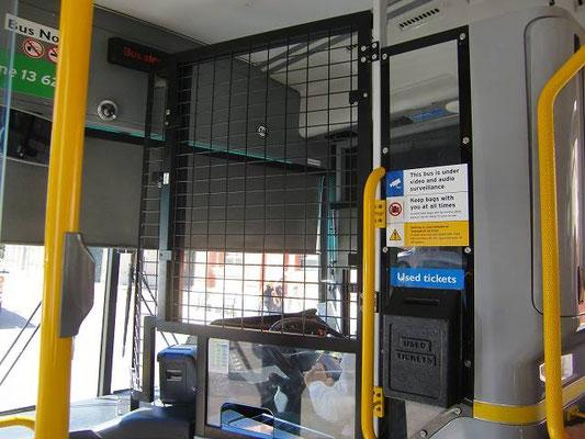 Transperth - パースのバスの運転席は金網で守られています。