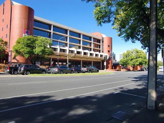 Adelaide Fire Station - アデレードの消防署。ガレージの前には信号が付いていて、緊急車両が出動するときは信号が赤になります。