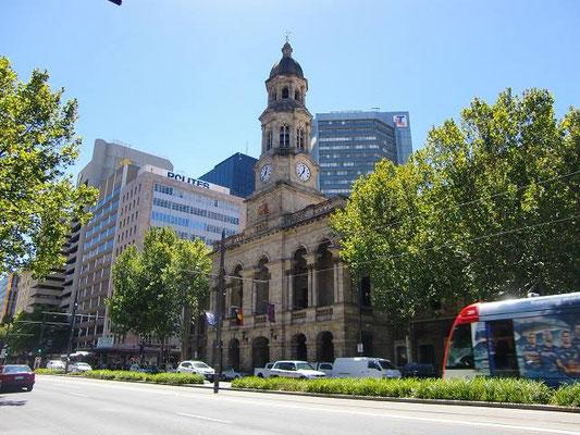 Adelaide Town Hall - その郵便局の向かいにも同じような時計塔が建ってます。こちらはタウンホール。