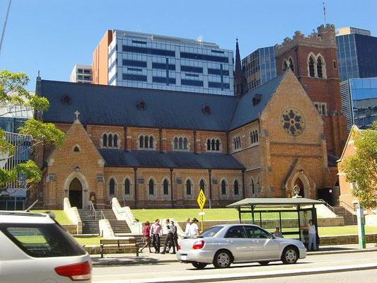 St Georges Cathedral - 近代的なビルに並んだゴシック建築の聖ジョージ大聖堂はパースの中心地にあります