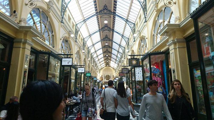 Flinders Street Station - 駅構内にはたくさんのお店が立ち並んでいます