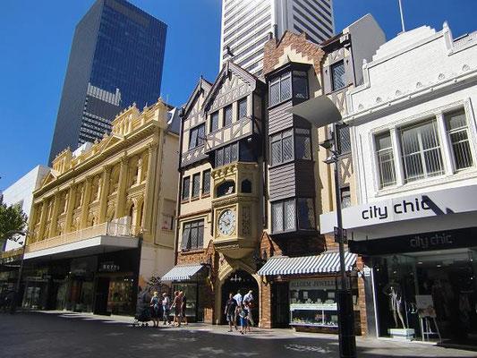 London Court - 真ん中の時計が付いている建物は、ロンドンコートという通りのゲート的な建物