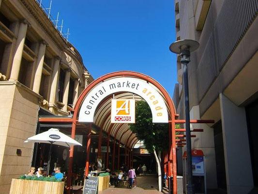 Adelaide Central Market - アデレード市民の台所、セントラルマーケット。火曜日から土曜日まで営業。すっごい大きなマーケットで、何でも揃います。