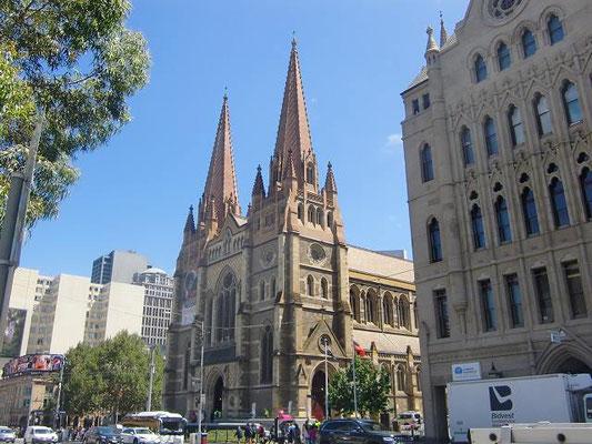 St Paul's Cathedral - フリンダースストリート駅の前にそびえるセントポールス大聖堂