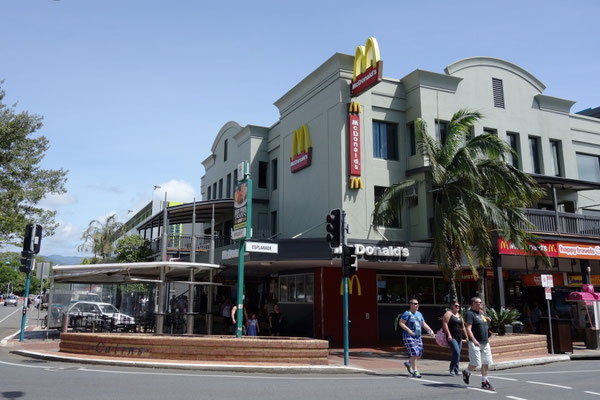Cnr of Esplanede and Shields Street - 海沿いにお洒落なレストランやBARが立ち並ぶエリア マクドナルドはもちろん24時間営業