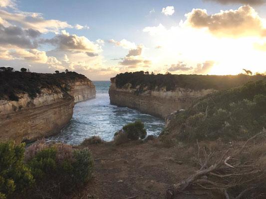 Great Ocean Road - 道路から見れる景色は複雑に入り組んだ断崖絶壁や、海から立ち上る奇岩群、他では見ることができないダイナミックな景色