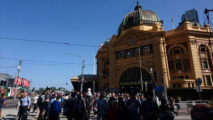 Flinders Street Station - この歴史的な素敵な駅の周りにはトラム乗場もあり、観光案内所(メルボルン ビジター センター)もあります。