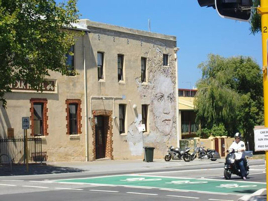 Fremantle City - 壁に人の顔が!元の煉瓦と修復の課程の塗装を削ってできてます。