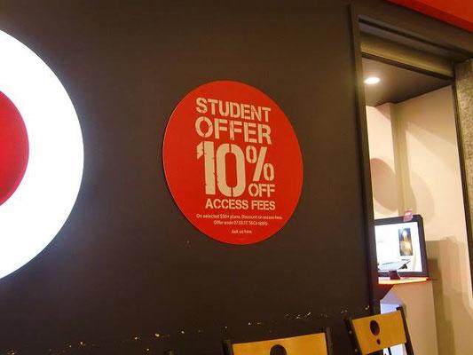 Adelaide Arcade - 学生街のアデレードには学割表示のお店がたくさんあります。