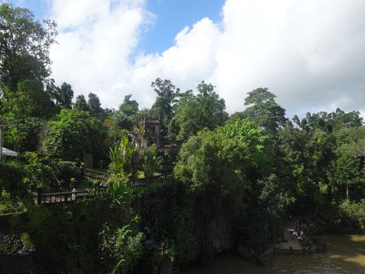 Paronella Park - パロネラパークはケアンズから約100km南にある観光施設。 熱帯雨林に囲まれた敷地内は遺跡のような建物と庭園が広がり神秘的な景観を見せる観光地になっています