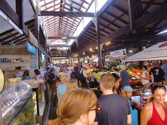 Fremantle Markets - どこのマーケットもやっぱり食材コーナーが一番賑やかです。