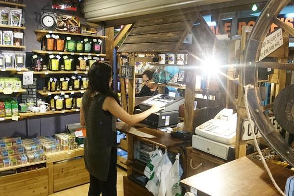 Cairns Night Market - Yayoiさんは店舗を一人で任されていました。