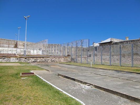 Fremantle Prison - 内部に入ると周りは高い塀と有刺鉄線で確かに刑務所の中でした。