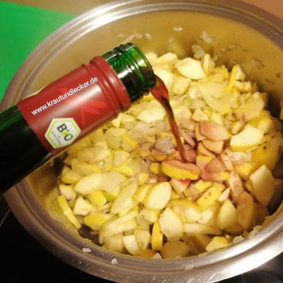 Mit 400 ml Rotwein ablöschen.