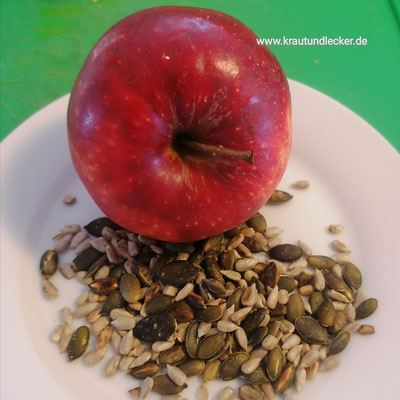 2 EL Kürbis- und/oder Sonnenblumenkerne trocken in einer Pfanne anrösten. 1 Apfel schälen, entkernen und in dünne Spalten schneiden.