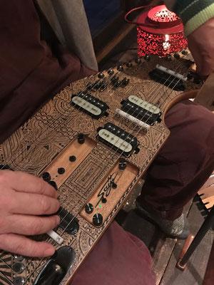 ギタリスト内橋和久のオリジナル楽器『ELECTRONIC HARP』に文様を描きました。