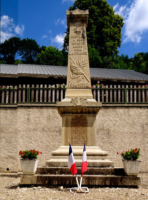 Monument aux Morts d'Hostiaz