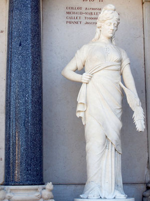 """La """"France victorieuse"""" avec son bonnet phrygien du Monument aux Morts de Champdor"""
