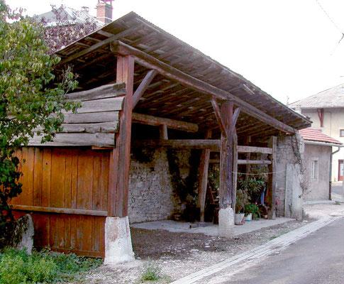 Travail rue Mercière sous un auvent accolé aux murs d'habitation (Champdor)
