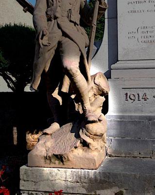 Le poilu de Corcelles foulant à ses pieds le casque à pointe et les armes prussiennes