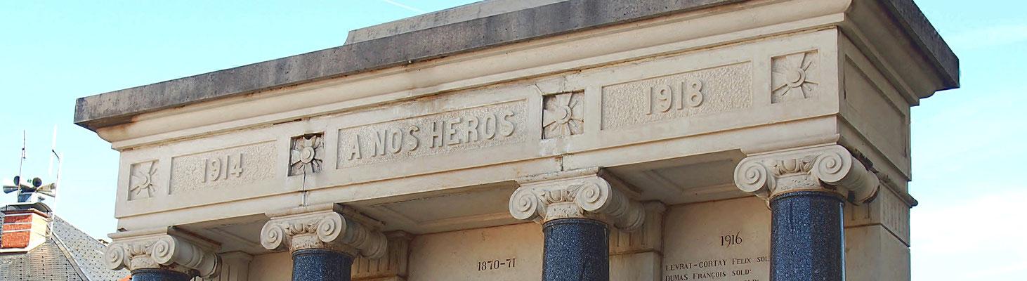 Détail du monument aux Morts sur la place de Champdor