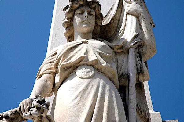 """Le coq sur la ceinture de la """"Liberté"""" du Monument aux Morts d'Hauteville"""