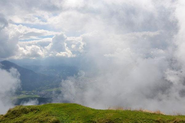 Gipfelaussicht Notkarspitze: Garmisch-Partenkirchen taucht kurz zwischen den Wolken auf