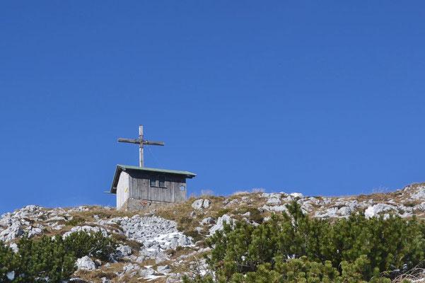 Gipfelkreuz und Schutzhütte an der Benediktenwand