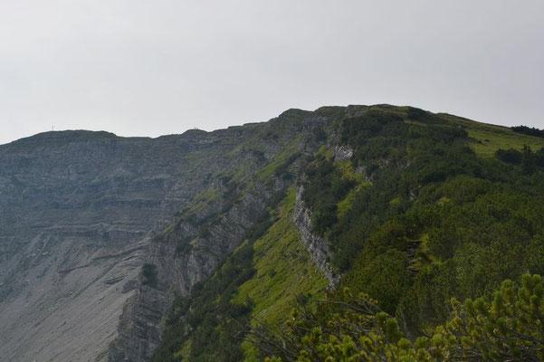 Das Gipfelkreuz in Sicht, aber doch noch ein Stück zu gehen